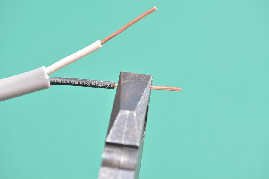 ランプレセプタクルに結線するVVFケーブルの心線をニッパーで挟んだ画像