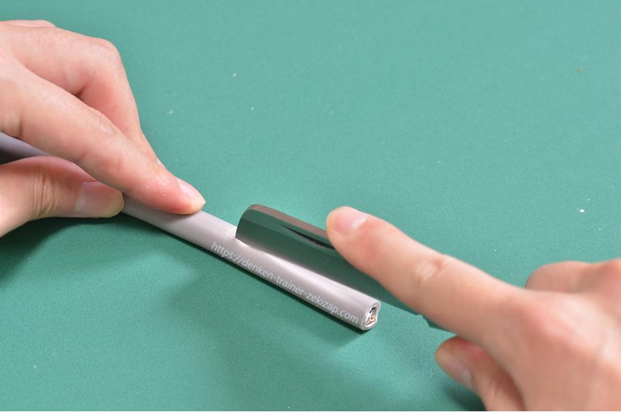 VVRケーブルのシースに電工ナイフで縦方向の切り込みを入れている画像