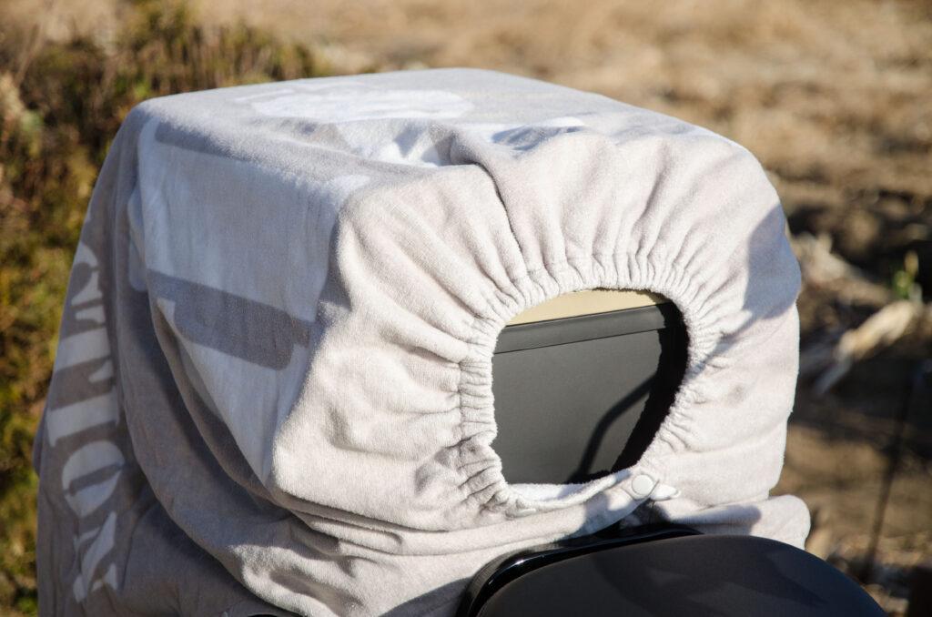 CT125ハンターカブの純正キャリアボックスに布を被せた状態