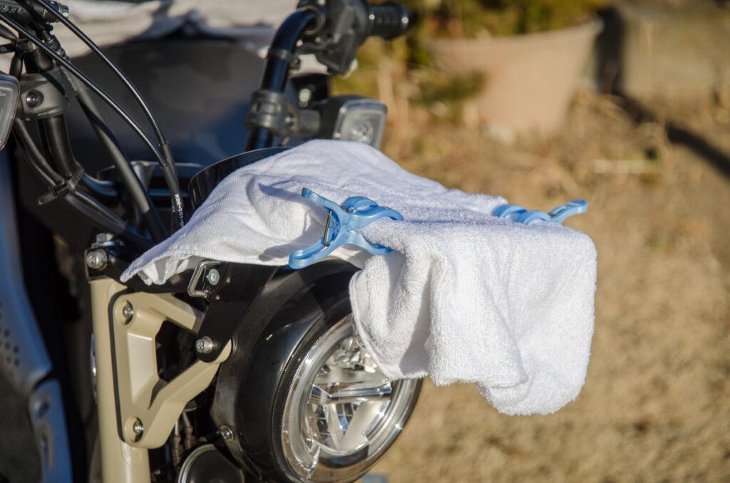 CT125ハンターカブに装着したエンデュランスのフロントキャリアがバイクカバーと擦れないように対策した状態