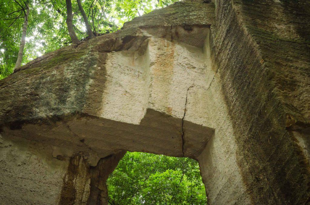 藪塚石切り場跡地のクラック
