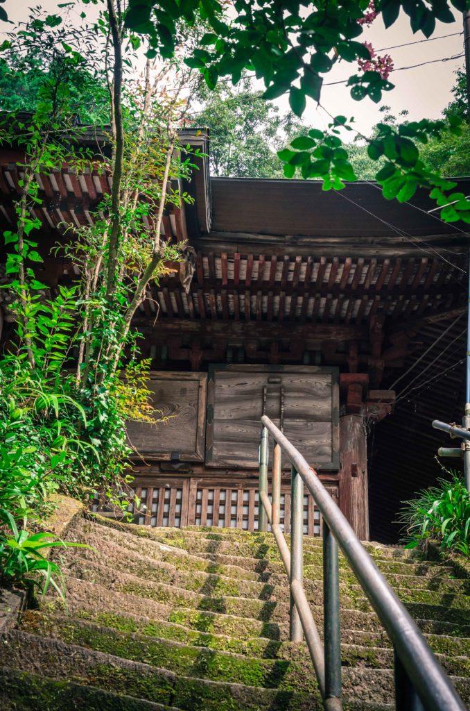 大岩山毘沙門天の本堂前の花崗岩でできた石段