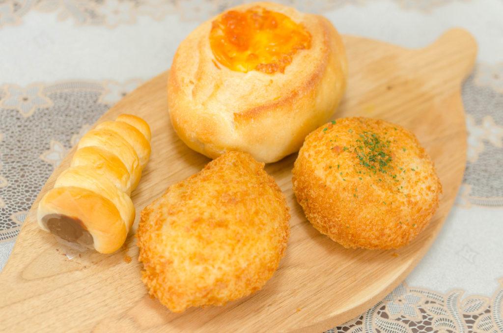 プランタンのカレーパンとカニクリームパンとチーズフランスとチョココロネ
