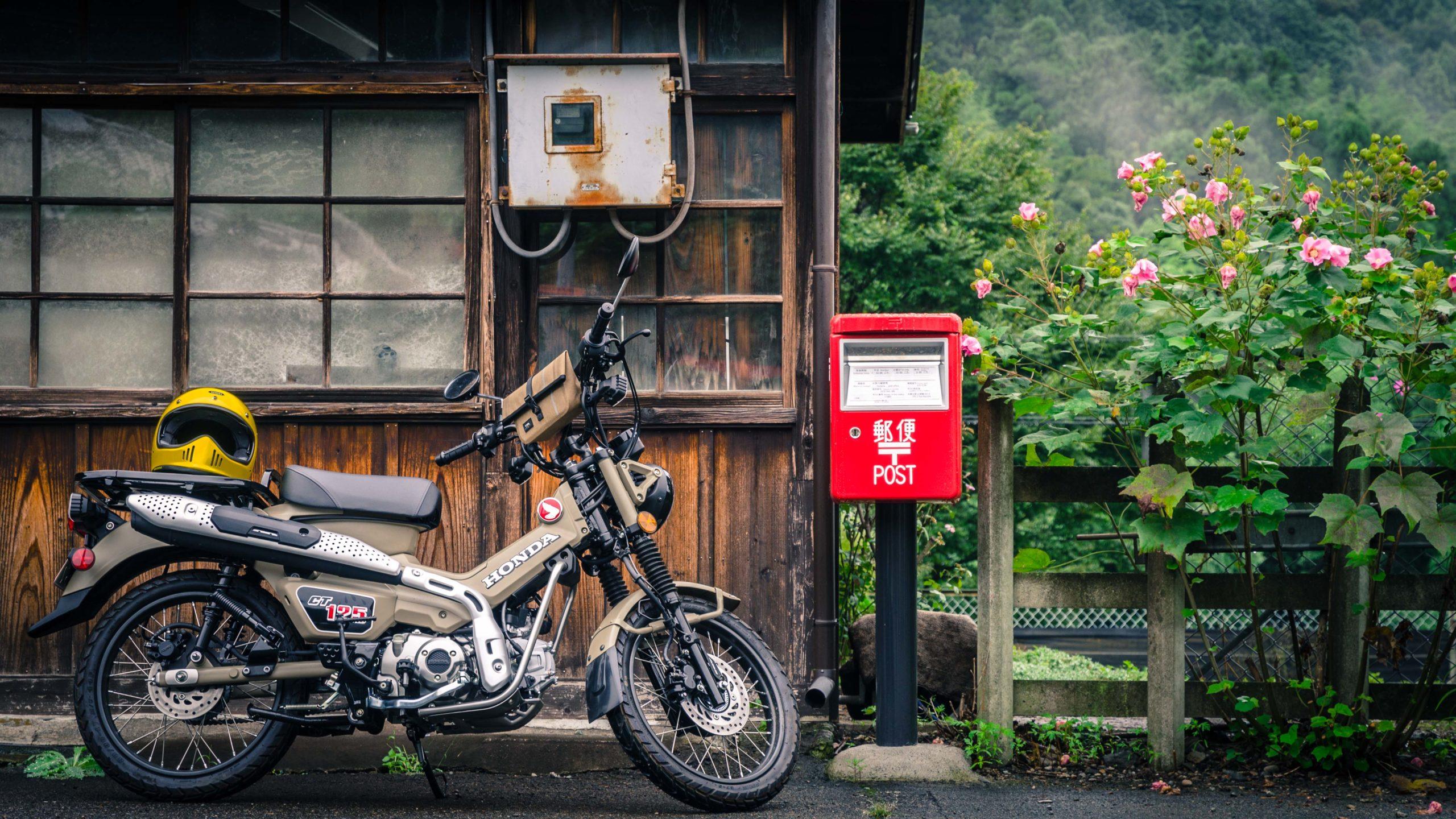 上神梅駅前の赤いポストとCT1125ハンターカブ