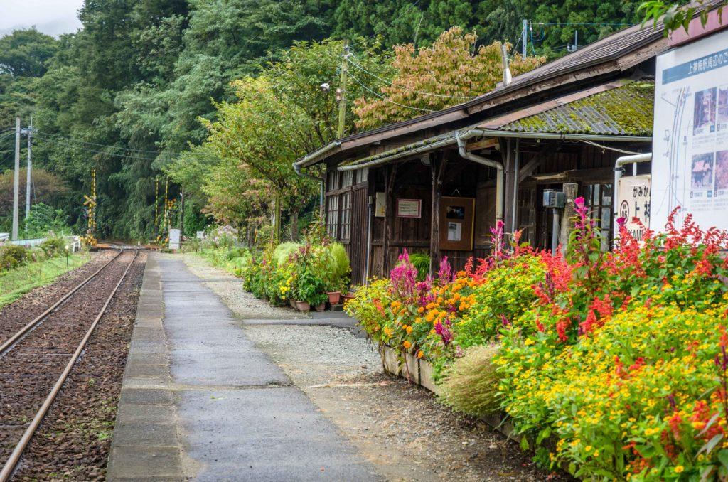 上神梅駅の駅舎とプラットフォーム