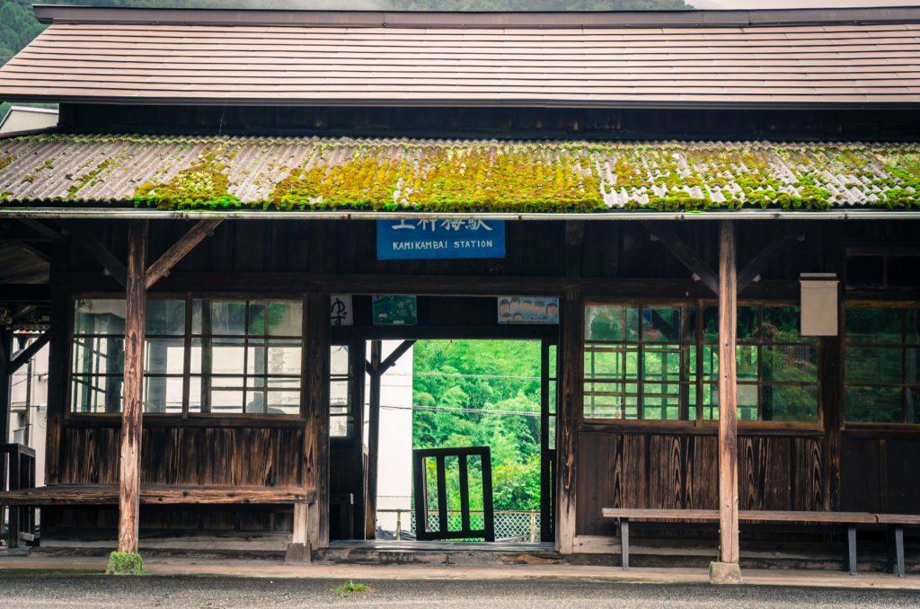 上神梅駅の木造駅舎とベンチ