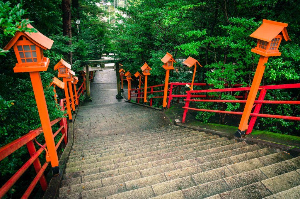 貴船神社の石段と赤い灯篭