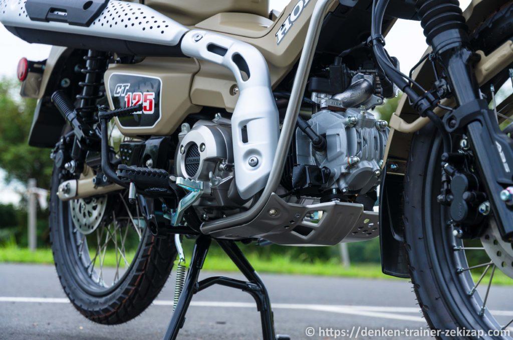 CT125ハンターカブのエンジンと純正マフラー