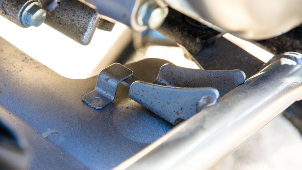 CT125ハンターカブのアンダーカバーがツメを交差して固定される状態