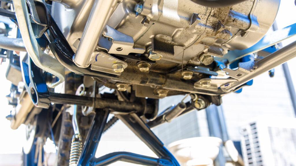 CT125ハンターカブのアンダーカバーパイプを固定しているフランジボルト