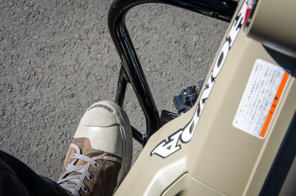 CT125ハンターカブにデイトナのパイプエンジンガードを装着したらつま先が当たってシフトミスが増えた