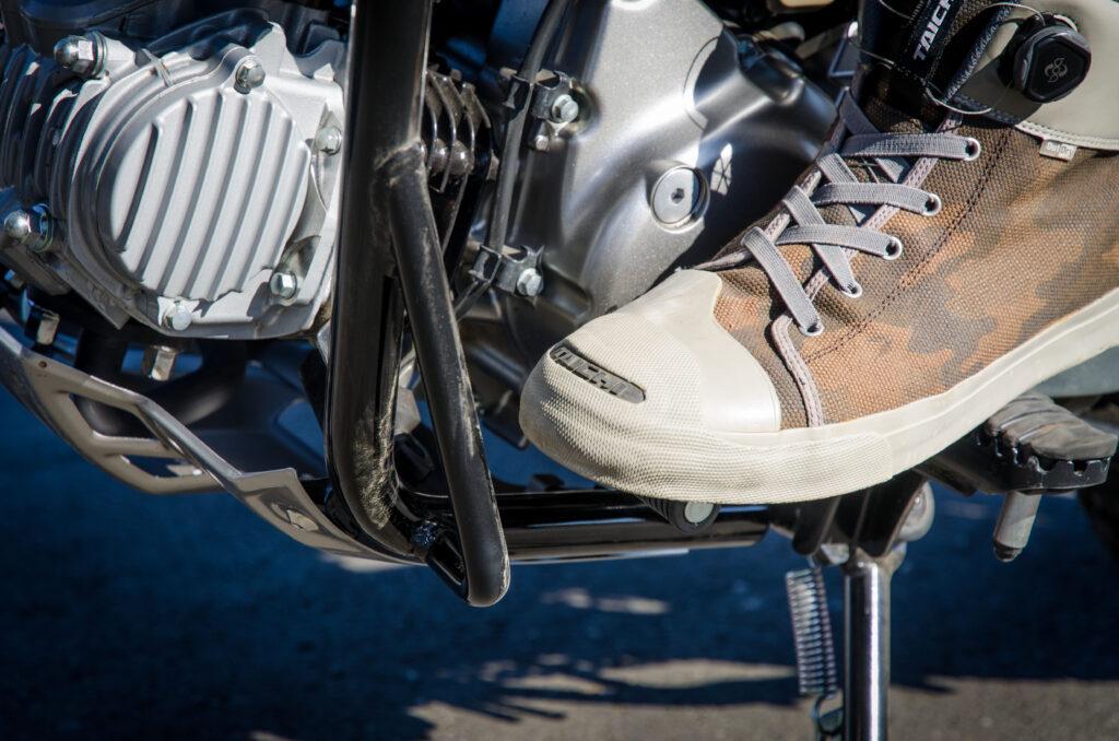 CT125ハンターカブにデイトナのパイプエンジンガードを装着してバイクシューズを履いた状態