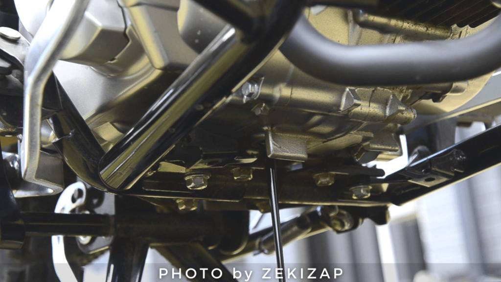 CT125ハンターカブのエンジンオイルを抜いている状態