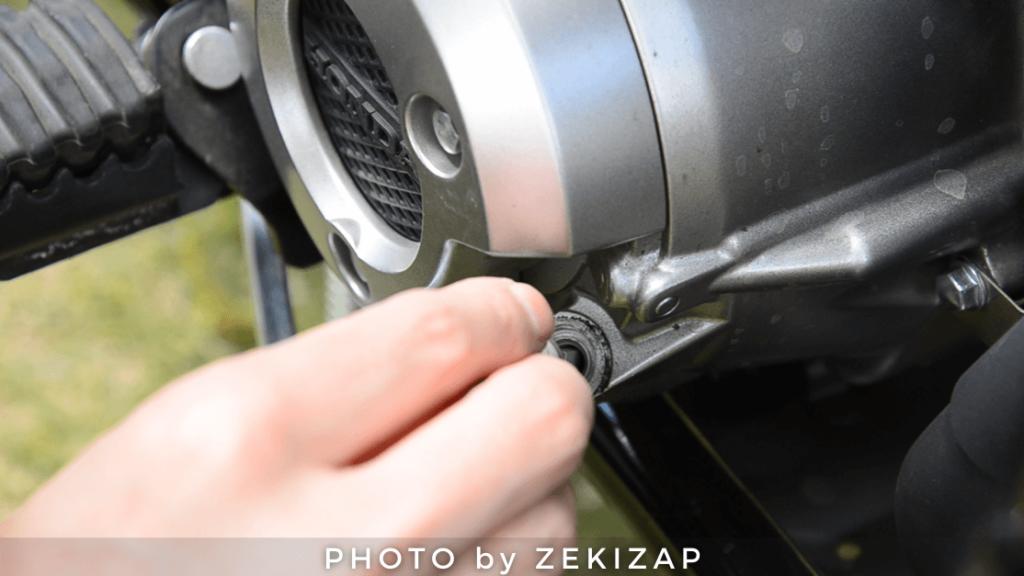 CT125ハンターカブのエンジンオイル量を確認するため、オイルゲージを入れて引き抜く