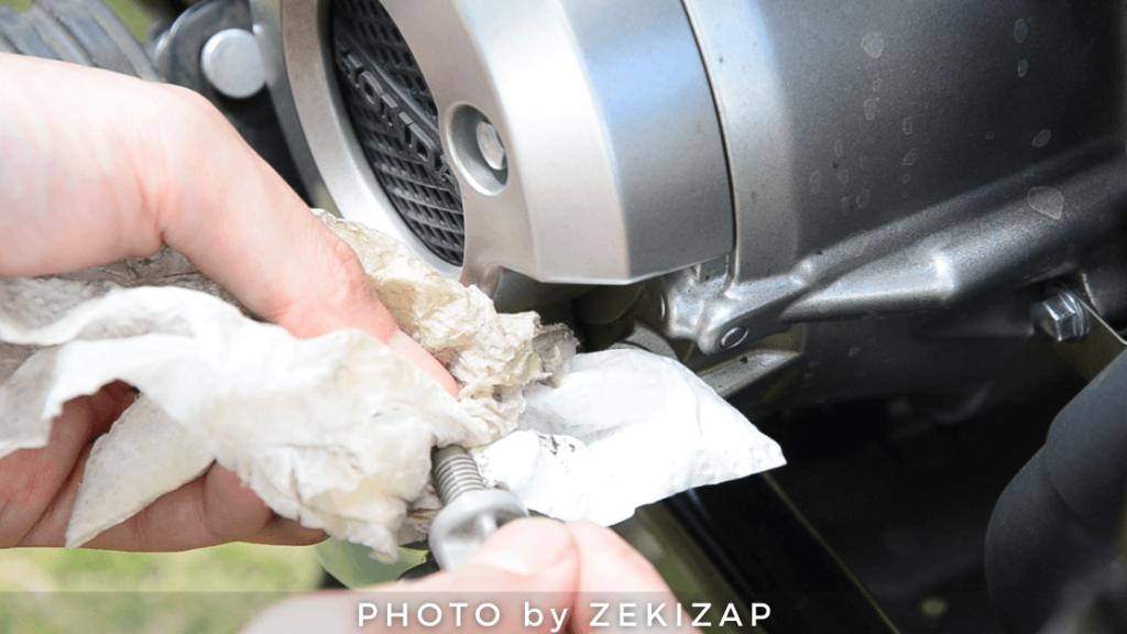 CT125ハンターカブのオイルゲージに付着したオイルをキッチンペーパーでふき取る