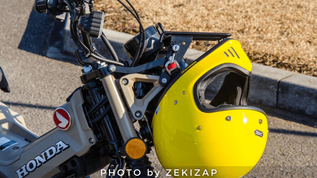 CT125ハンターカブ用エンデュランスのフロントキャリアに装着したヘルメットホルダーにヘルメットを固定した状態