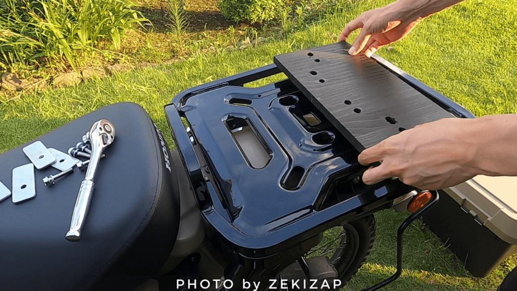 CT125ハンターカブにホムセン箱を装着するために防腐塗装した木板をリアキャリアに載せる