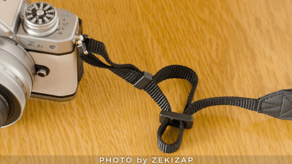外れないカメラストラップの付け方(ニコン巻き)手順2ストラップをリング(サルカン)に通す