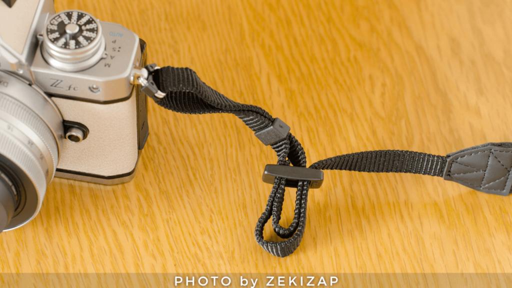 外れないカメラストラップの付け方(ニコン巻き)手順4ストラップをアジャスターの別の穴から通す